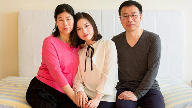 王会娟さん、李扶揺さん、李振軍さん。 2017年1月8日、ニューヨークの自宅で。法輪功を棄却させるための拷問に長年にわたり耐えたあと、2014年に中国を去り、米国での難民申請が認められた。 (写真:Samira Bouaou/Epoch Times)