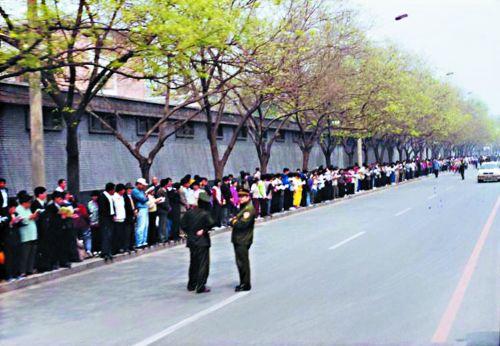 1999年4月25日、1万人以上の法輪功修煉者が中南海近くの中央信訪局(陳情局)に集まり、政府の嫌がらせを停止するよう求めた。